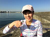 釣り初心者の弥園奈津美さん。初めて釣りに挑戦します。