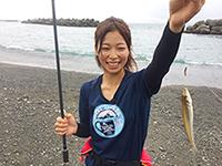 釣り初心者の杉浦里奈さん。初めて釣りに挑戦します。
