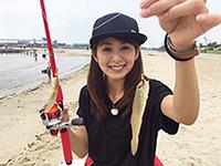 釣り初心者の中島 遥さん。初めて釣りに挑戦します。
