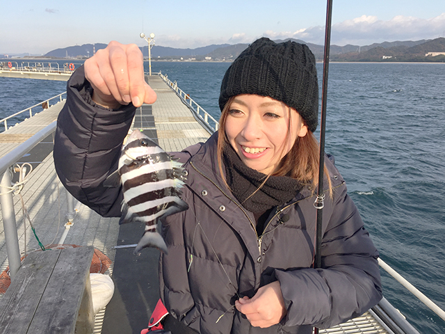釣り初心者の藤村成美さん。初めて釣りに挑戦します。