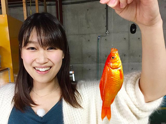 釣り初心者の青山ハルさん。初めて釣りに挑戦します。