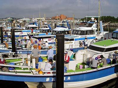 忠彦丸の船と店の写真