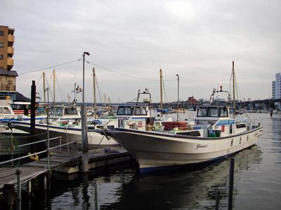 米元釣船店の船と店の写真