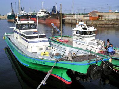 こなや丸の船と店の写真