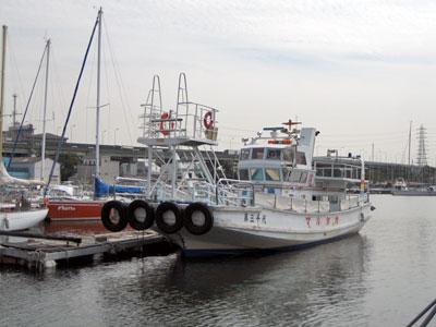 丸高渡船の船と店の写真