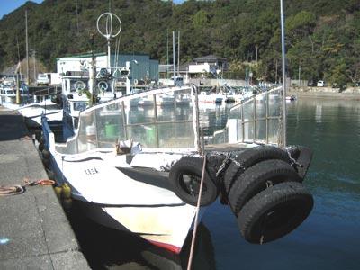清丸渡船の船と店の写真