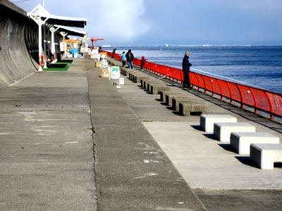 神戸市立 平磯海づり公園の船と店の写真