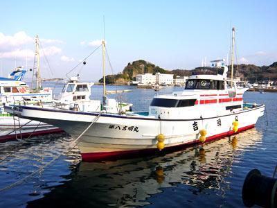 吉明丸の船と店の写真