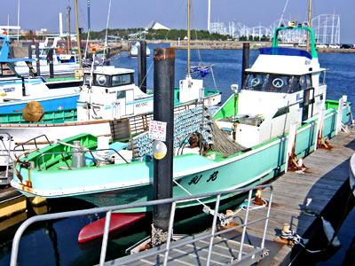 蒲利丸の船と店の写真