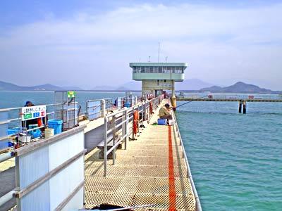 福岡市海釣り公園の船と店の写真