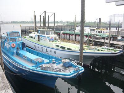 船宿 まる八の船と店の写真