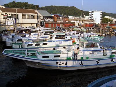 山下丸の船と店の写真