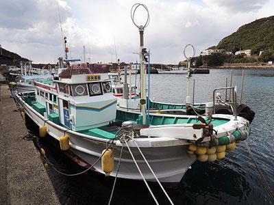 吉丸渡船の船と店の写真
