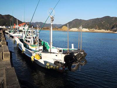 三倉渡船の船と店の写真