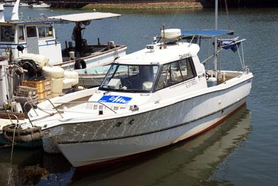 海光の船と店の写真
