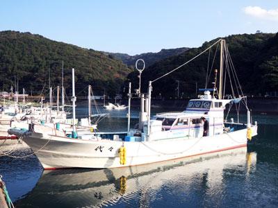 代々丸の船と店の写真