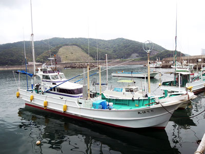 とくは丸の船と店の写真