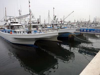 不動丸の船と店の写真