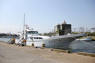 二三丸の船と店の写真