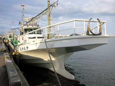 かもめ丸の船と店の写真