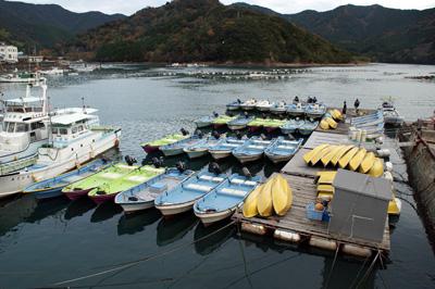 石倉渡船の船と店の写真