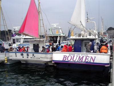 棒面丸の船と店の写真