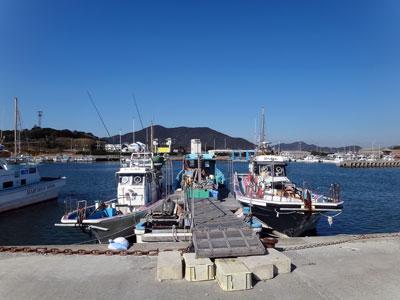 ぽん助丸の船と店の写真