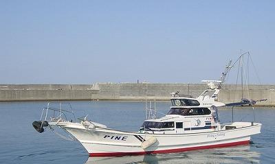 パイン5号の船と店の写真