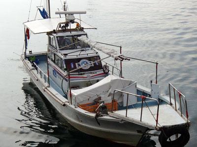 釣具の海友の船と店の写真
