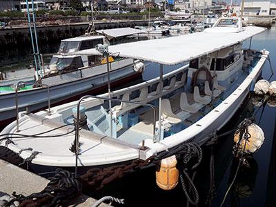 つり船有馬の船と店の写真