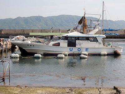 釣り船 魚英の船と店の写真