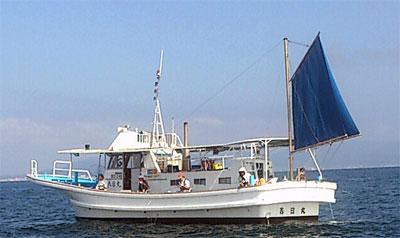 春日丸の船と店の写真