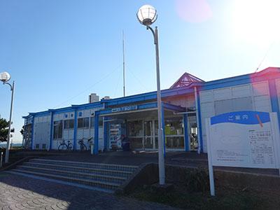 横浜フィッシングピアーズ・大黒海釣り施設の船と店の写真