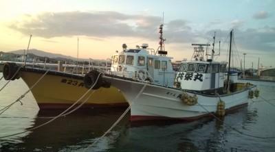 共栄丸釣具の船と店の写真