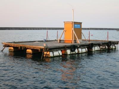 輪島崎釣イカダ組合の船と店の写真