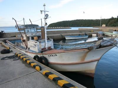鴫島イカダの船と店の写真