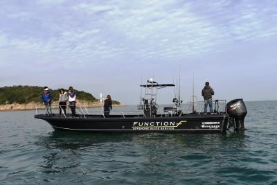 FUNCTIONの船と店の写真