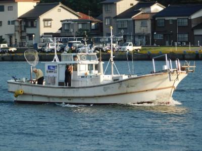 TURTLEの船と店の写真