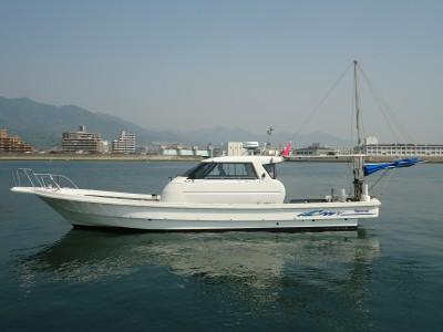 オールシーズンの船と店の写真
