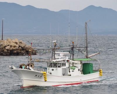 明生丸の船と店の写真