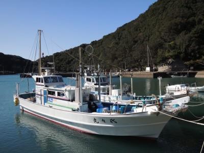 オーシャンサポートサービス 代々丸の船と店の写真