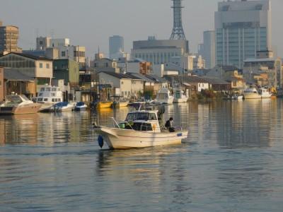 タツ建丸の船と店の写真