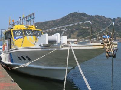 愛釣丸の船と店の写真