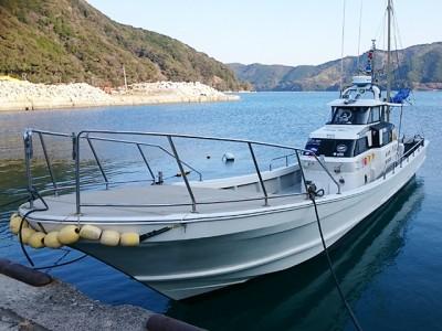 ディープブルーの船と店の写真