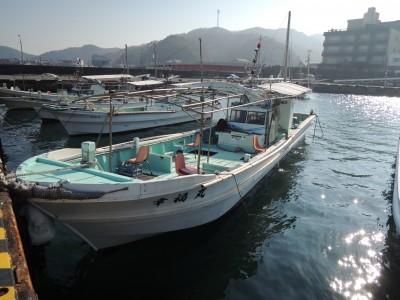 幸福丸の船と店の写真