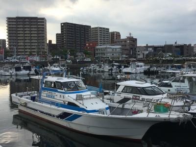 海鱗の船と店の写真