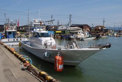 ひまわりの船と店の写真